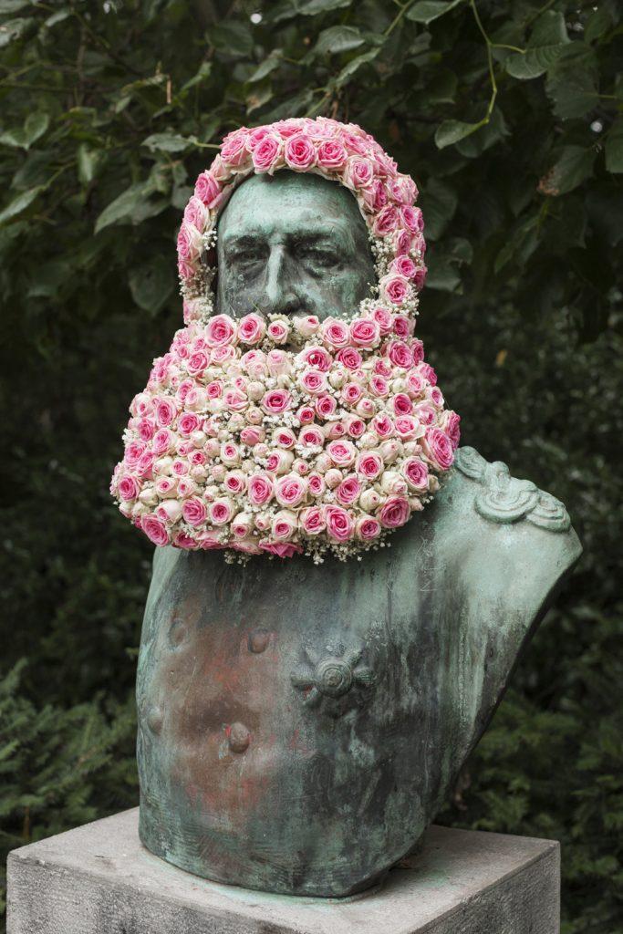 geoffroy mottart leopold II fleur hacking couronne statue arturbain - Geoffroy Mottart couronne de fleurs les statues bruxelloises