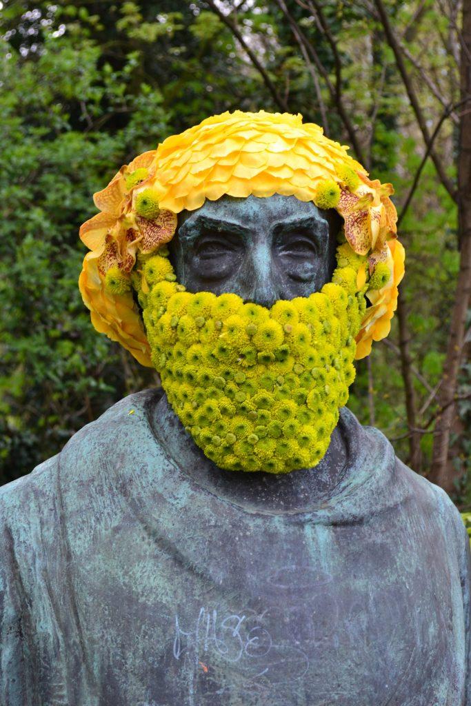 geoffroy mottart victor rousseau fleur hacking couronne statue arturbain - Geoffroy Mottart couronne de fleurs les statues bruxelloises