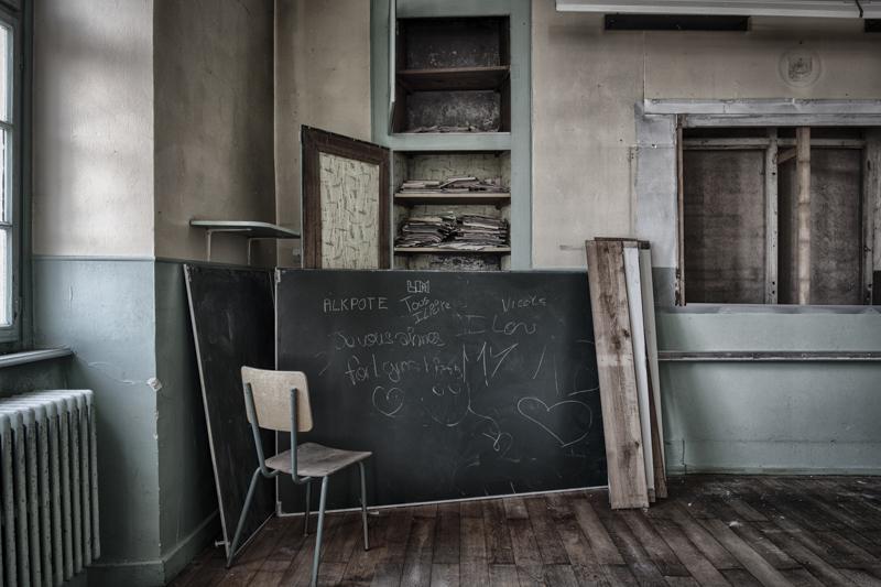 rentreescolaire ecole primaire lieuxabandonnes urbex explorationurbaine radar allurbanmakers momentd1pose alpote tableau chaise livre - De la maternelle à la fac, découvrez les plus belles écoles abandonnées !