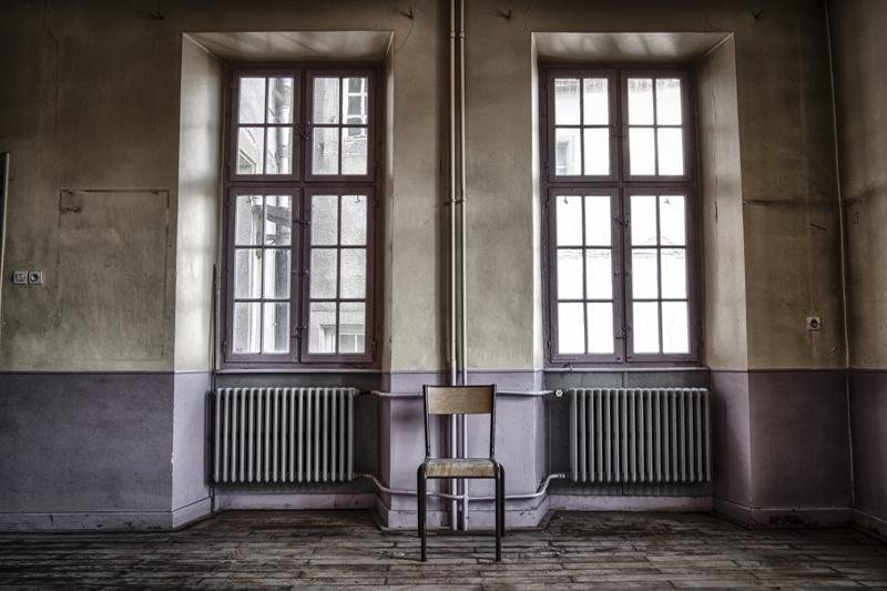 rentreescolaire ecole primaire lieuxabandonnes urbex explorationurbaine radar allurbanmakers momentd1pose chaise radiateur fenetre - De la maternelle à la fac, découvrez les plus belles écoles abandonnées !