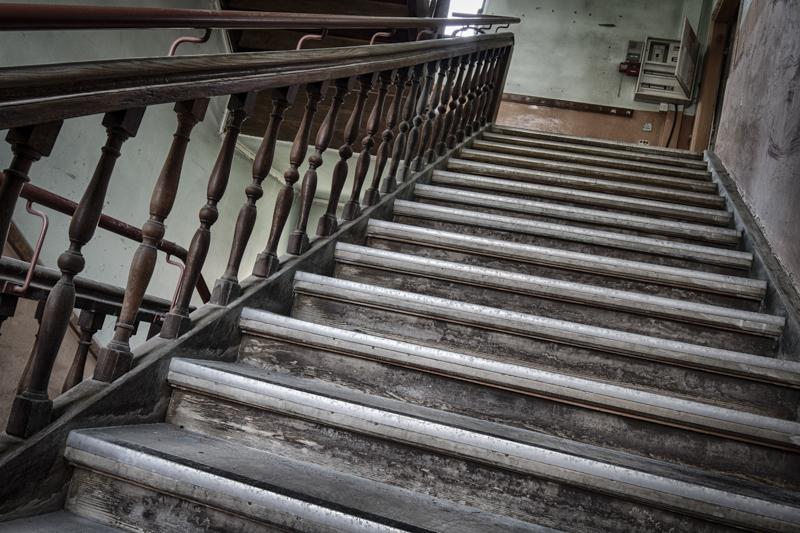 rentreescolaire ecole primaire lieuxabandonnes urbex explorationurbaine radar allurbanmakers momentd1pose escalier - De la maternelle à la fac, découvrez les plus belles écoles abandonnées !
