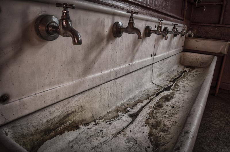 rentreescolaire ecole primaire lieuxabandonnes urbex explorationurbaine radar allurbanmakers momentd1pose robinets - De la maternelle à la fac, découvrez les plus belles écoles abandonnées !