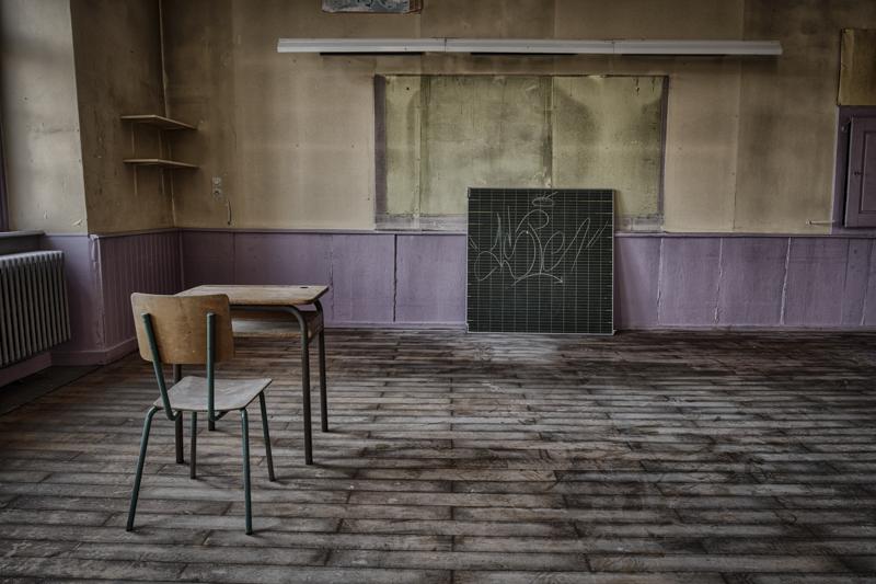 rentreescolaire ecole primaire lieuxabandonnes urbex explorationurbaine radar allurbanmakers momentd1pose tableau bureau hdr - De la maternelle à la fac, découvrez les plus belles écoles abandonnées !