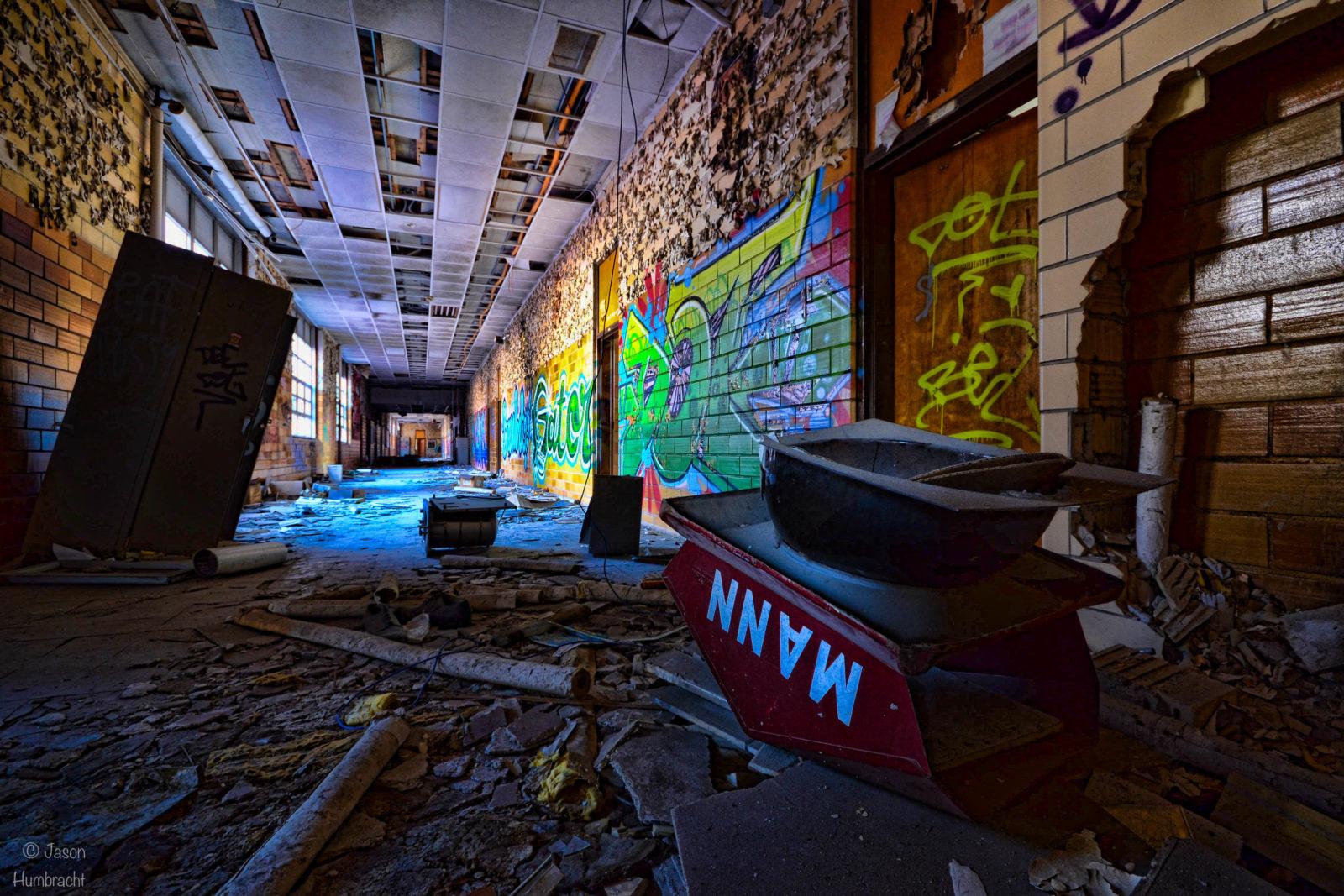rentreescolaire lycee lieuxabandonnes urbex explorationurbaine radar allurbanmakers highschool amphitheatre jhumbracht couloir - De la maternelle à la fac, découvrez les plus belles écoles abandonnées !
