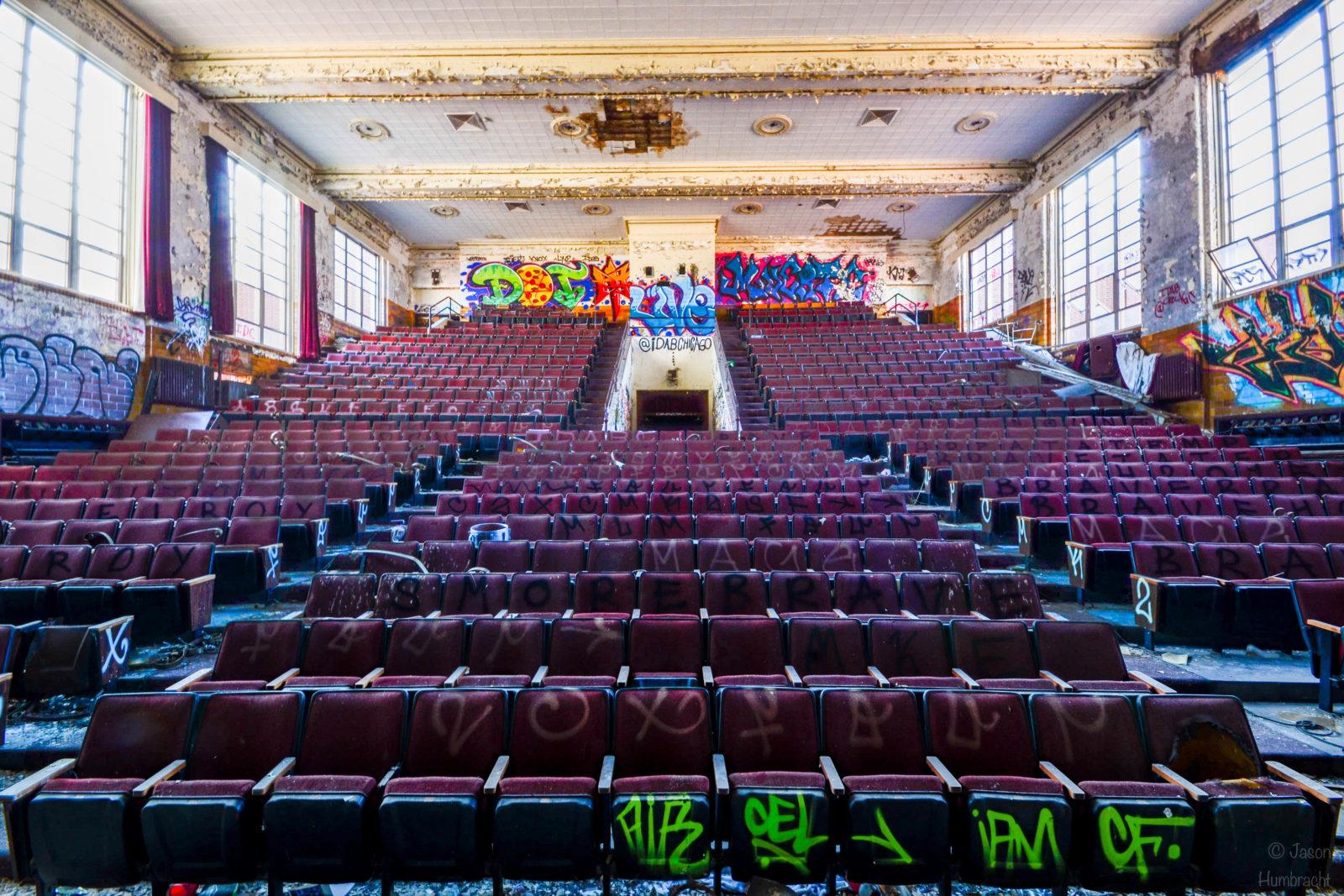 rentreescolaire lycee lieuxabandonnes urbex explorationurbaine radar allurbanmakers highschool amphitheatre jhumbracht fauteuils - De la maternelle à la fac, découvrez les plus belles écoles abandonnées !