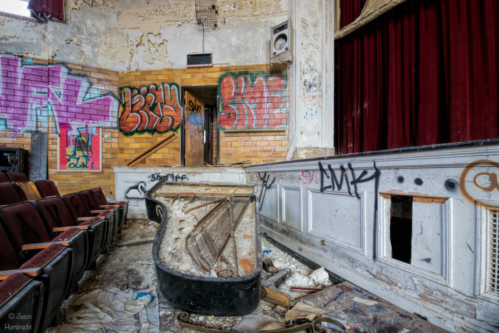 rentreescolaire lycee lieuxabandonnes urbex explorationurbaine radar allurbanmakers highschool amphitheatre jhumbracht piano amphi - De la maternelle à la fac, découvrez les plus belles écoles abandonnées !