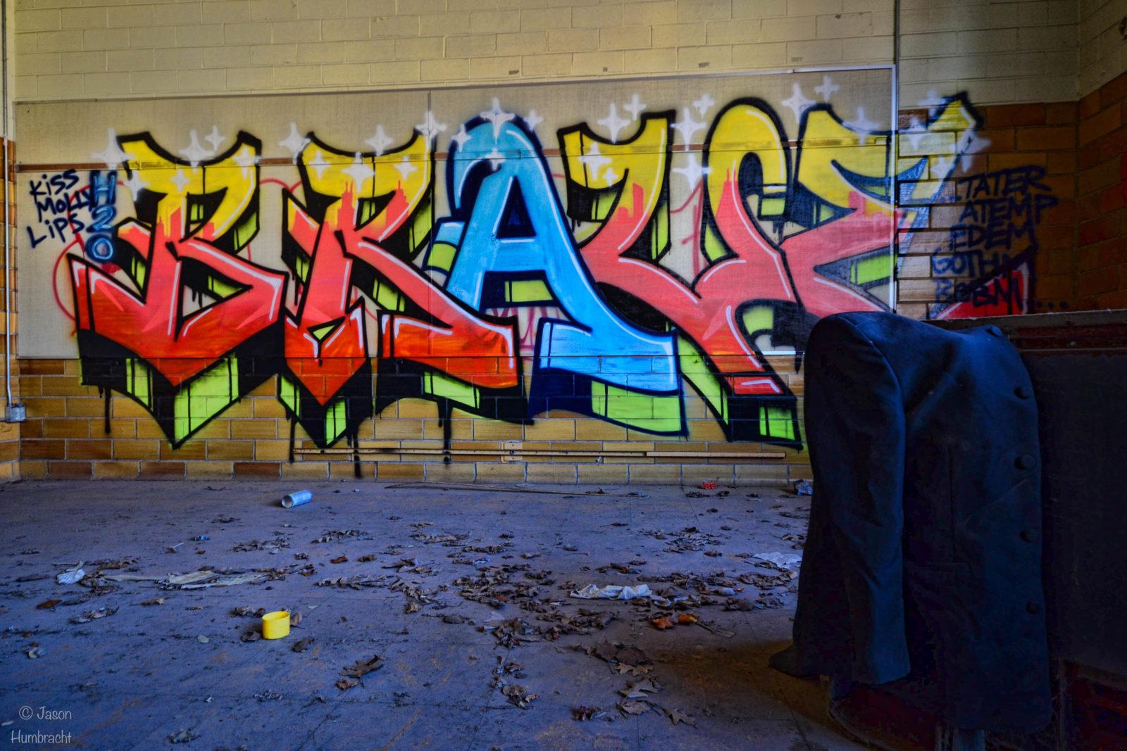 rentreescolaire lycee lieuxabandonnes urbex explorationurbaine radar allurbanmakers highschool amphitheatre jhumbracht veste graffiti - De la maternelle à la fac, découvrez les plus belles écoles abandonnées !
