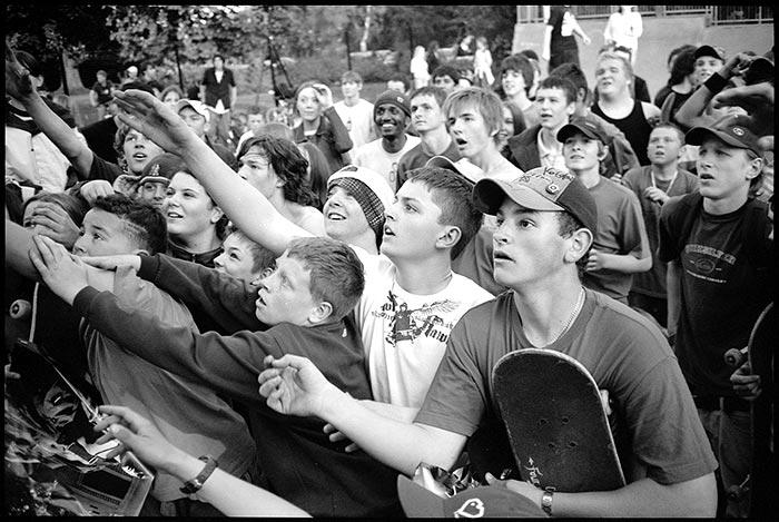 SamAshley photo skateboard skater foule jeunes - Sam Ashley, le photographe qui immortalise la culture skate depuis 15 ans