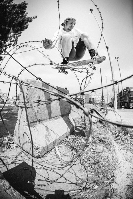 SamAshley photo skateboard skater noiretblanc barbeles 4784 - Sam Ashley, le photographe qui immortalise la culture skate depuis 15 ans
