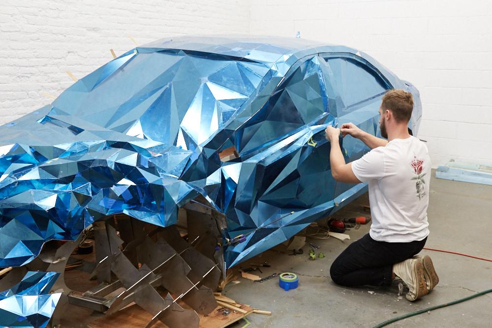 griska atelier wreck sculpture wreck5 - Jordan Griska, le sculpteur à l'univers miroitant