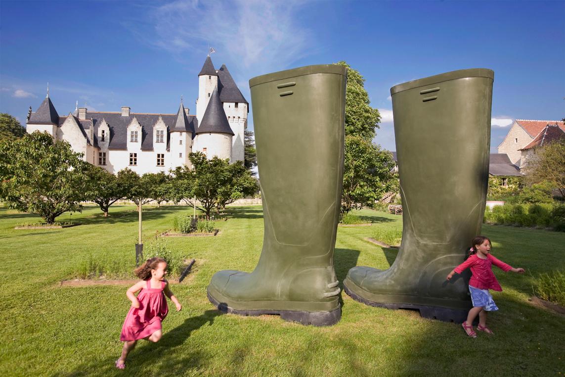lilian bourgeat bottes geantes urbain sculpture jardin enfants - Lilian Bourgeat, le sculpteur qui voit grand