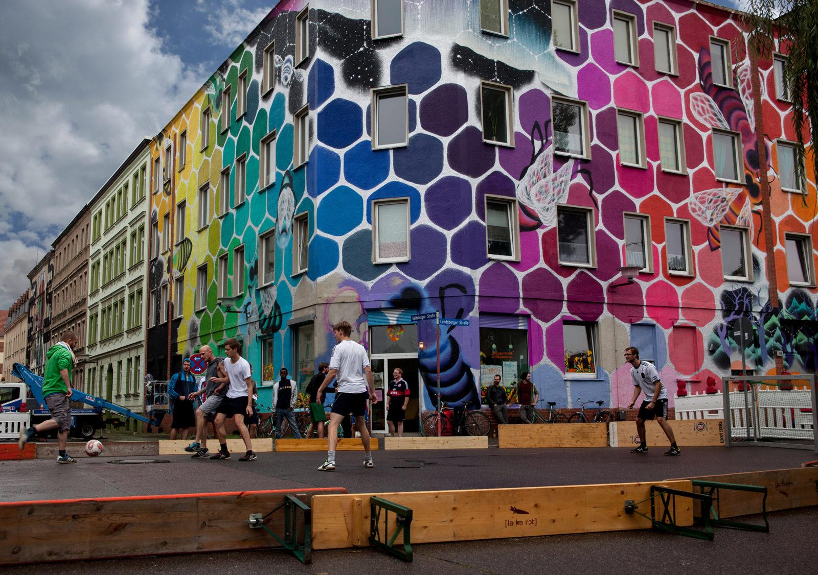 Halle ville allemande streetart Freiraumpokal himmel football - Désertée, la ville allemande de Halle reprend vie grâce au street art