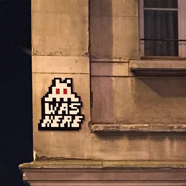 invader pixelart ovni alien mosaique streetart collage - Invader : le pixel art continue d'envahir les rues !