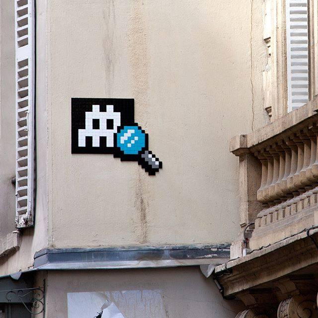 invader pixelart ovni alien mosaique streetart loupe - Invader : le pixel art continue d'envahir les rues !
