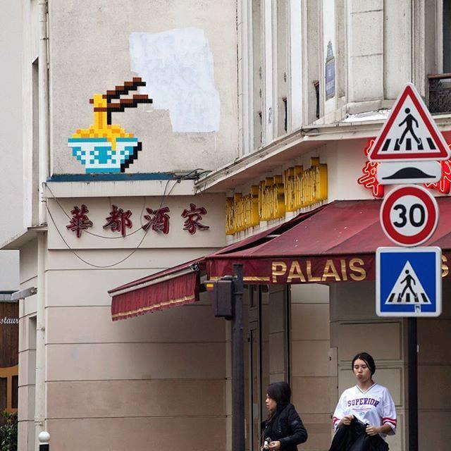 invader pixelart ovni alien mosaique streetart noodle ramen paris - Invader : le pixel art continue d'envahir les rues !