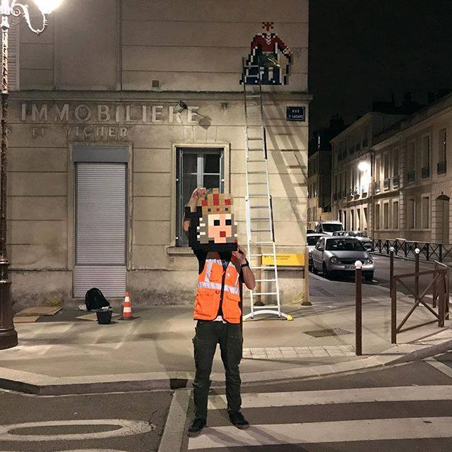 invader pixelart ovni alien mosaique streetart retrogaming reine - Invader : le pixel art continue d'envahir les rues !