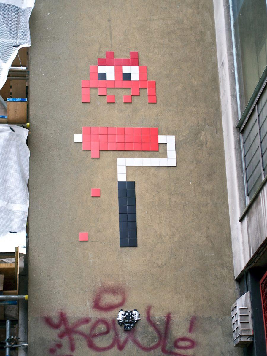invader pixelart ovni alien mosaique streetart rouleau graffiti 1 - Invader : l'invasion pixel art continue !