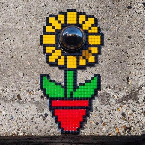invader pixelart ovni alien mosaique streetart tournesol camera surveillance - Invader : le pixel art continue d'envahir les rues !