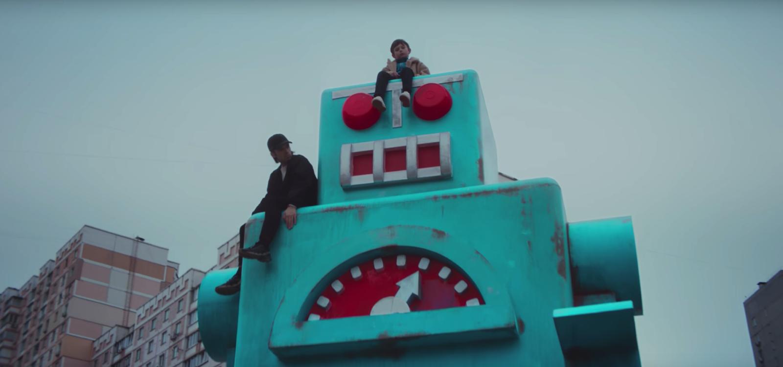 """orelsan lafeteestfinie clip greglio toutvabien rap 16.22.48 - """"Tout va bien"""" pour Orelsan : son nouveau clip vient de sortir !"""