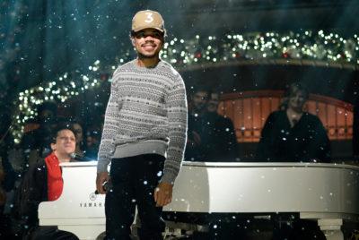 03 chance the rapper performs on snl dec 2016 billboard 1548 400x268 - Chance the Rapper et Jeremih offrent un nouvel album de Noël