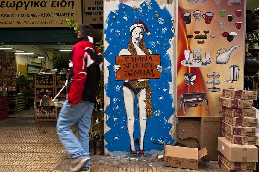 """bleeps grece crise naked christmas - La """"magie de Noël"""" revue et corrigée par des street artistes"""