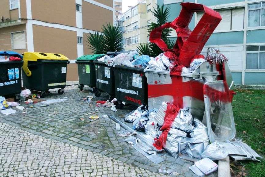 """bordalo II portugal poubelle noel cadeaux - La """"magie de Noël"""" revue et corrigée par des street artistes"""