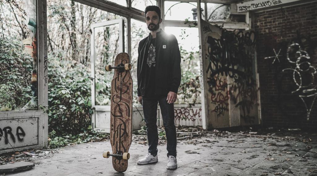 Lotfi Lamaali fait danser son longboard dans les rues graffées de Doel, le village abandonné belge