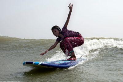 surf bangladesh filles ocean surfeuse SURFWEBSITEASJ01 1 400x268 - Quand les sports de glisse sont synonymes de solidarité et de liberté
