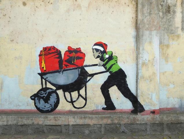 """tyler noel enfant cadeaux travail elfe - La """"magie de Noël"""" revue et corrigée par des street artistes"""