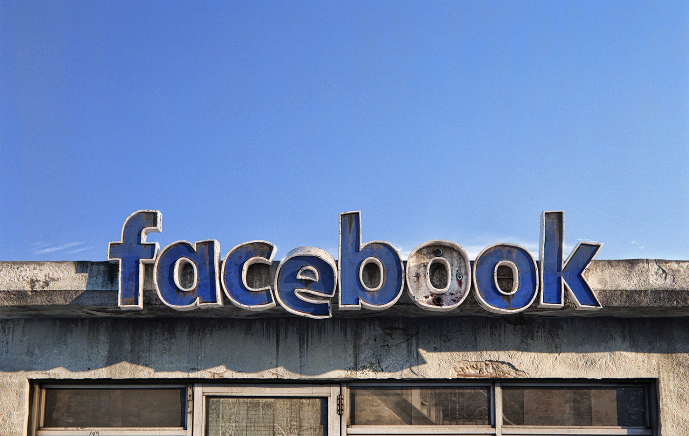 AndreiLacatusu social decay lettres logo enseigne typographie urbain urbex facebook - Social decay : les logos de Twitter, Facebook et Tinder transformés en enseignes vintage