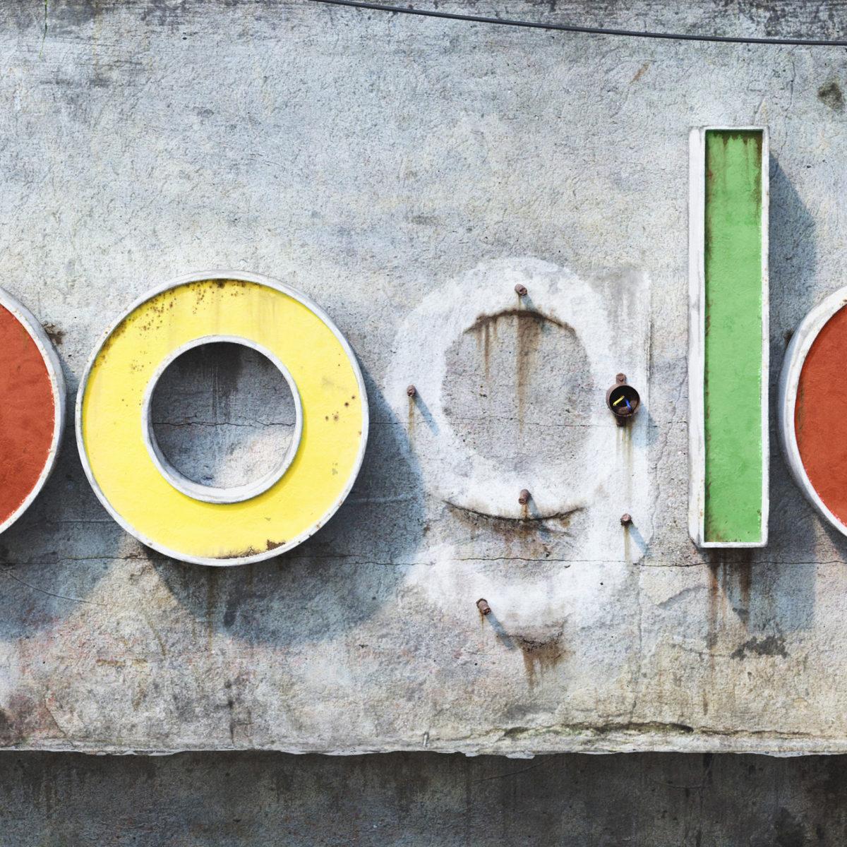 AndreiLacatusu social decay lettres logo enseigne typographie urbain urbex google detail - Social decay : les logos de Twitter, Facebook et Tinder transformés en enseignes vintage