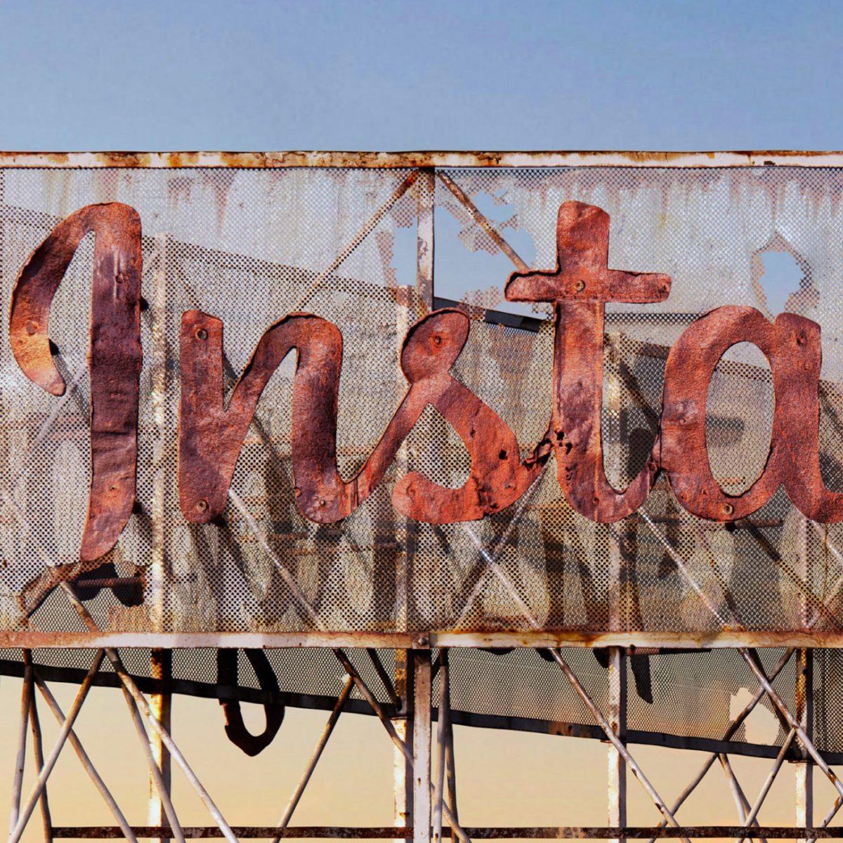 AndreiLacatusu social decay lettres logo enseigne typographie urbain urbex insta - Social decay : les logos de Twitter, Facebook et Tinder transformés en enseignes vintage