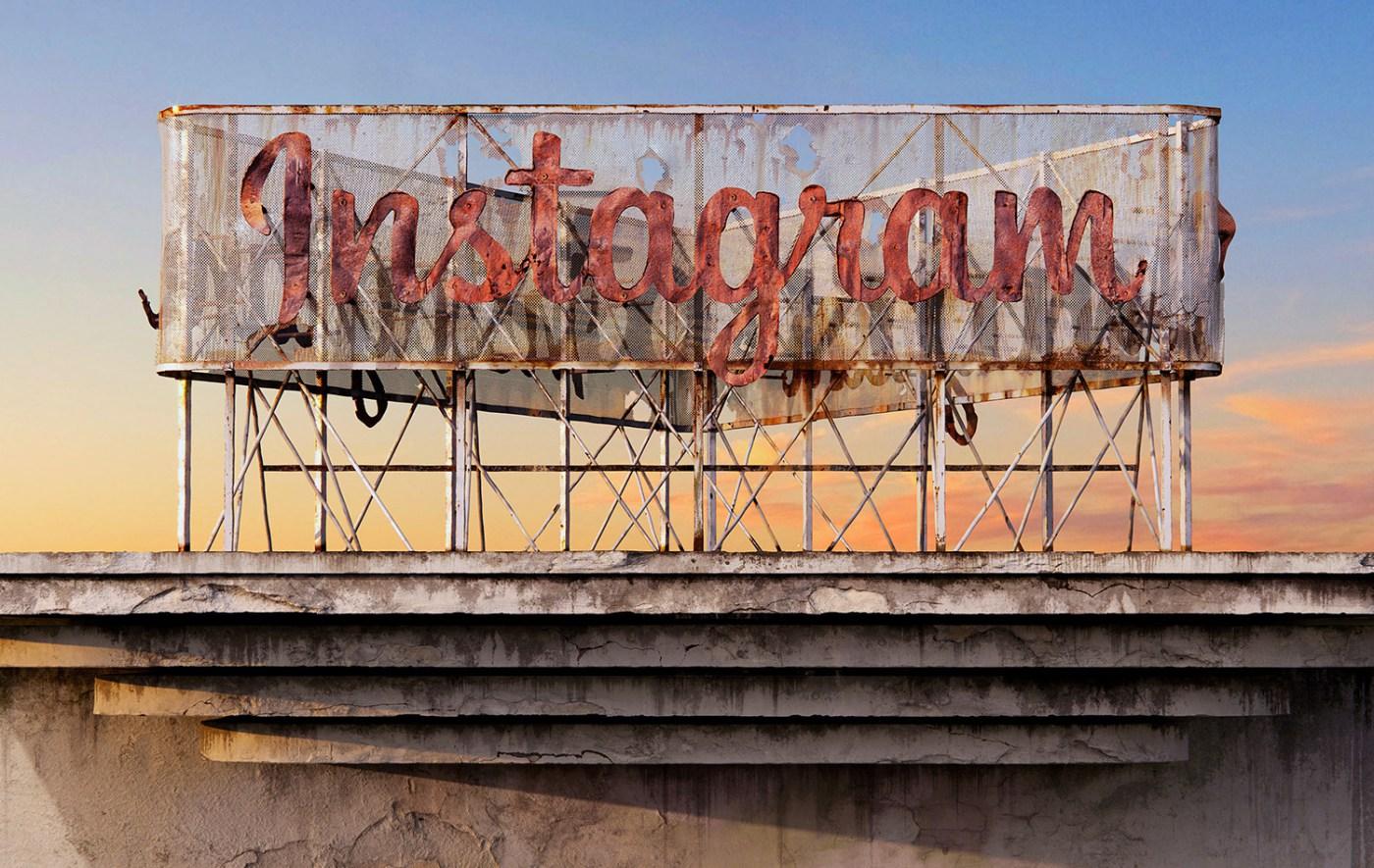 AndreiLacatusu social decay lettres logo enseigne typographie urbain urbex instagram - Social decay : les logos de Twitter, Facebook et Tinder transformés en enseignes vintage