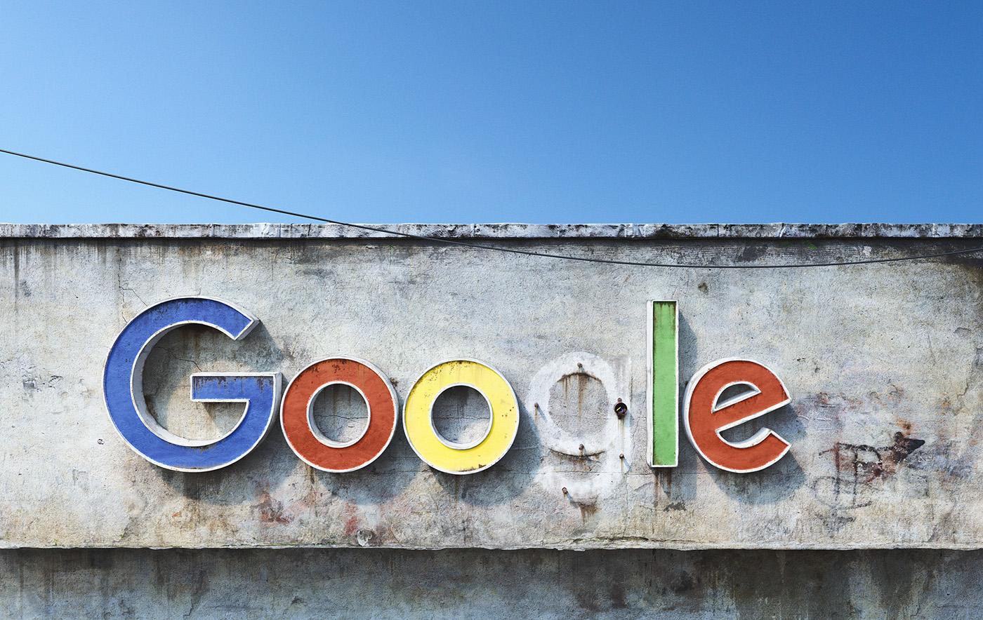 AndreiLacatusu social decay lettres logo enseigne typographie urbain urbex panneau google - Social decay : les logos de Twitter, Facebook et Tinder transformés en enseignes vintage