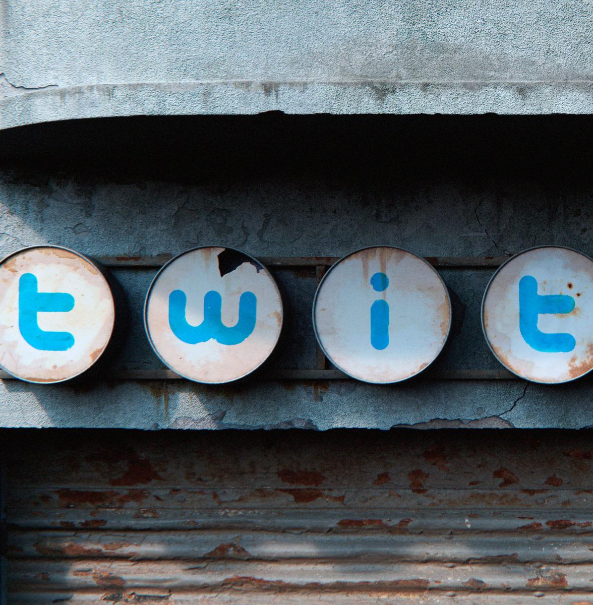 AndreiLacatusu social decay lettres logo enseigne typographie urbain urbex panneau tweet - Social decay : les logos de Twitter, Facebook et Tinder transformés en enseignes vintage