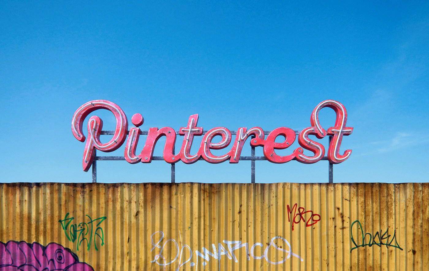AndreiLacatusu social decay lettres logo enseigne typographie urbain urbex pinterest - Social decay : les logos de Twitter, Facebook et Tinder transformés en enseignes vintage