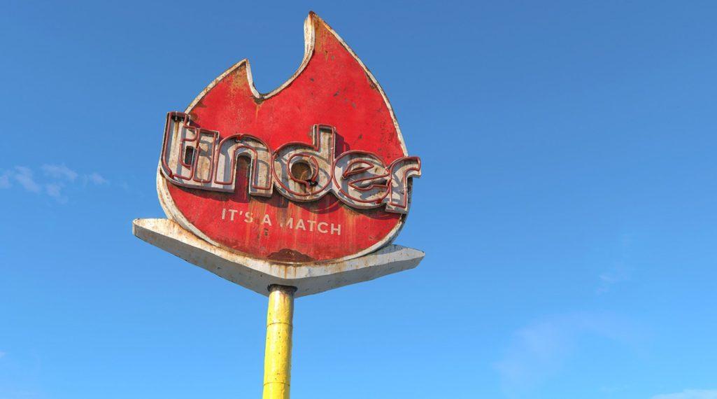 Social decay : les logos de Twitter, Facebook et Tinder transformés en enseignes vintage