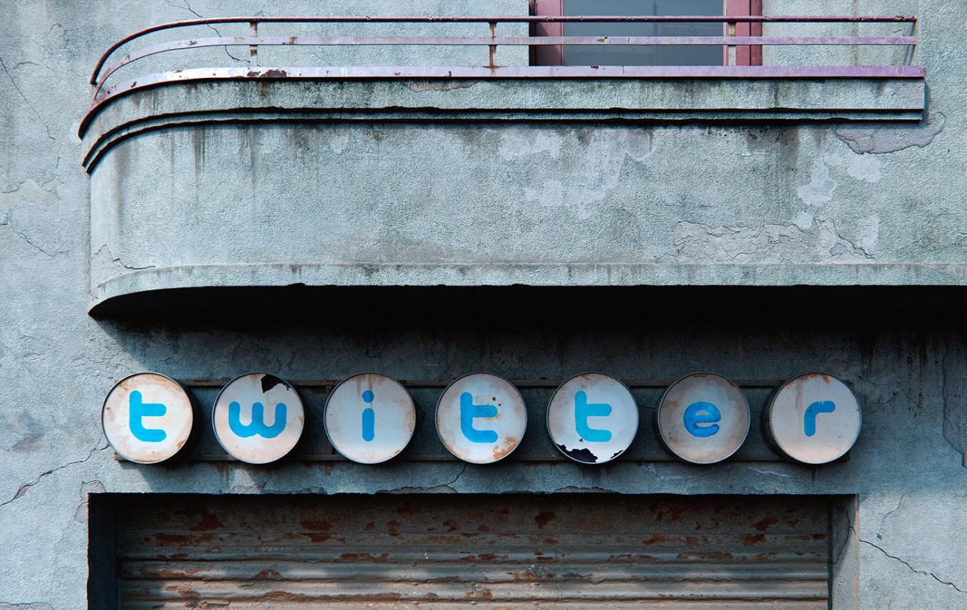 AndreiLacatusu social decay lettres logo enseigne typographie urbain urbex twitter - Social decay : les logos de Twitter, Facebook et Tinder transformés en enseignes vintage