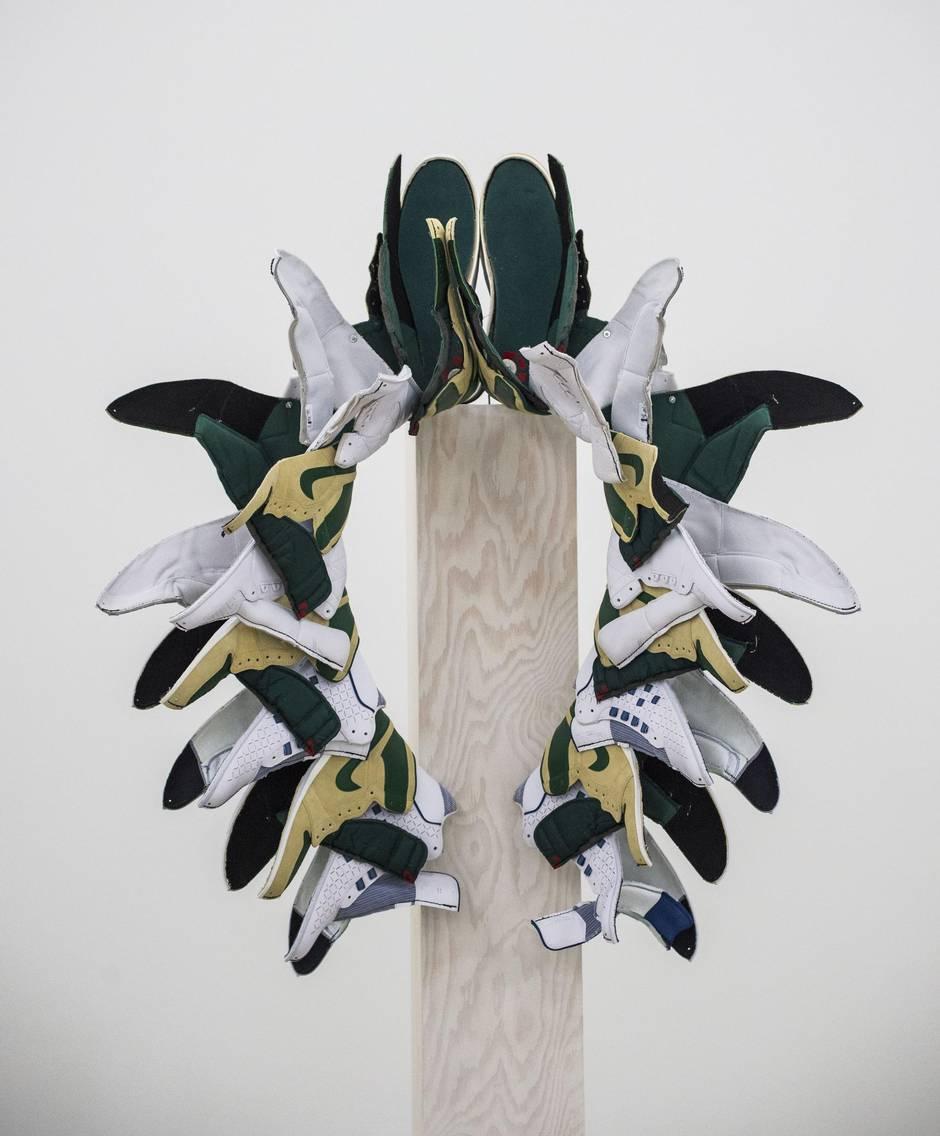 Brian Jungen Broken totem sneakers nike art detournement - Brian Jungen fait de vos sneakers préférées des masques traditionnels