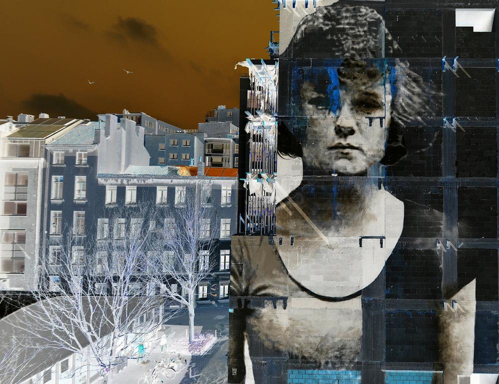 bosoletti murale portrait femme telephone streetart peinture inversejuliie The Crystal SHIP - Les peintures murales de Bosoletti se révèlent en négatif