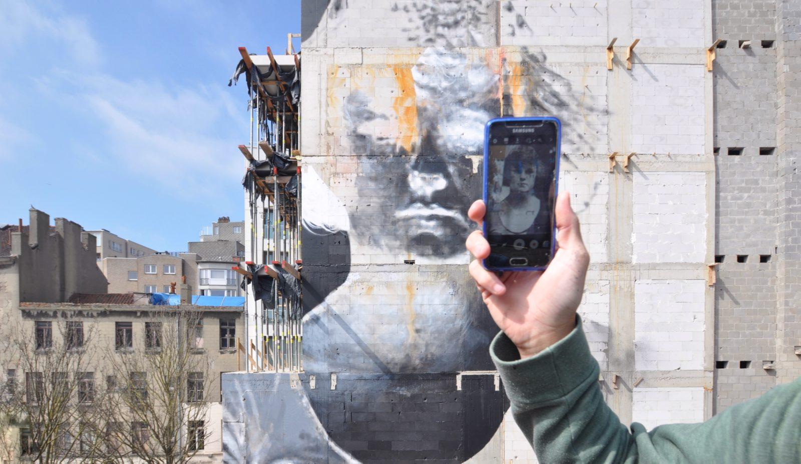 bosoletti murale portrait femme telephone streetart peinture - Les peintures murales de Bosoletti se révèlent en négatif