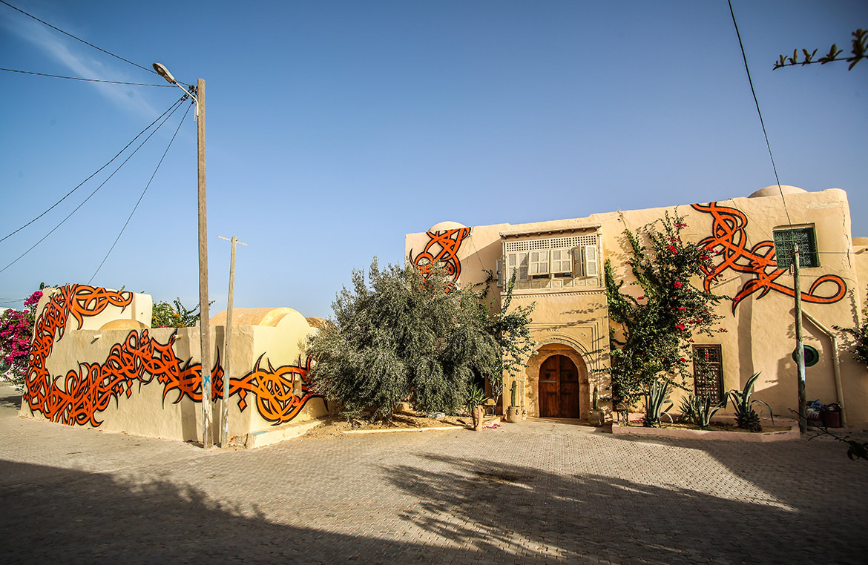 el seed djerbahood tunisie street art galerie village fresque caligraphie - Sur l'île de Djerba, un petit village tunisien porte haut les couleurs du street art
