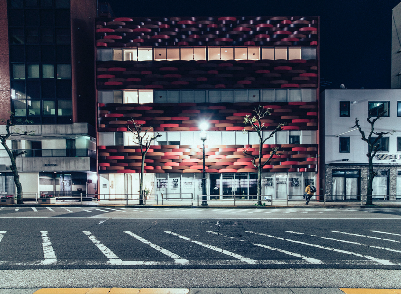 "genaro bardy tokyo japon desert photo attente rue - ""Desert in the city"" : Genaro Bardy photographie Tokyo vidée de ses habitants"