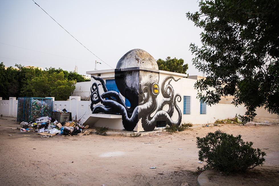 roa djerbahood tunisie street art galerie village fresque pieuvre - Sur l'île de Djerba, un petit village tunisien porte haut les couleurs du street art