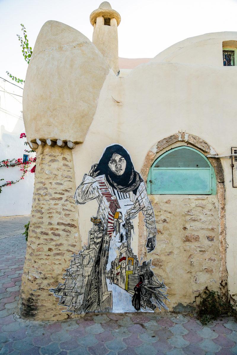 swoon djerbahood tunisie street art galerie village fresque personnage femme - Sur l'île de Djerba, un petit village tunisien porte haut les couleurs du street art