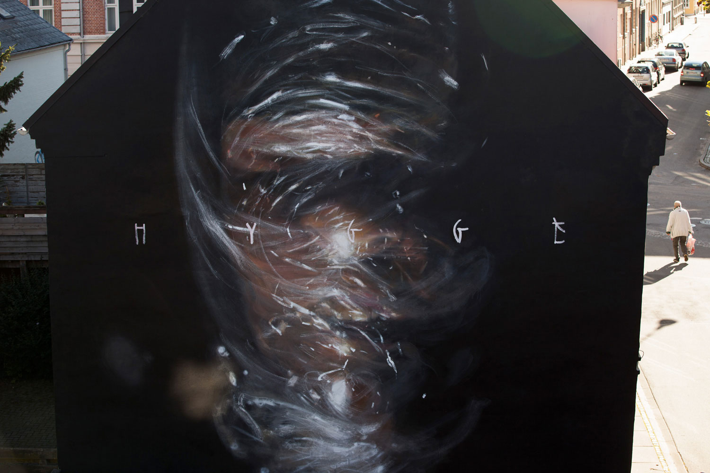 Axel Void street art peinture sombre vie habitant humour noir hygge bien etre suicide homme sac asphyxie - L'artiste Axel Void peint la noirceur et la beauté du quotidien sur les murs