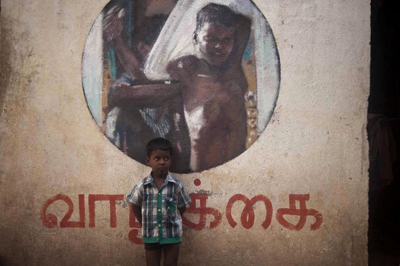Axel Void street art peinture sombre vie habitant inde forme ronde - L'artiste Axel Void peint la noirceur et la beauté du quotidien sur les murs