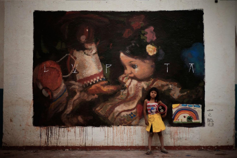 Axel Void street art peinture sombre vie habitant lupita enfant fille poupees jouets dessins - L'artiste Axel Void peint la noirceur et la beauté du quotidien sur les murs