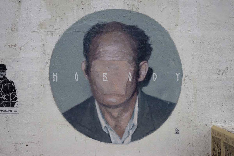 Axel Void street art peinture sombre vie habitant nobody visage efface homme - L'artiste Axel Void peint la noirceur et la beauté du quotidien sur les murs