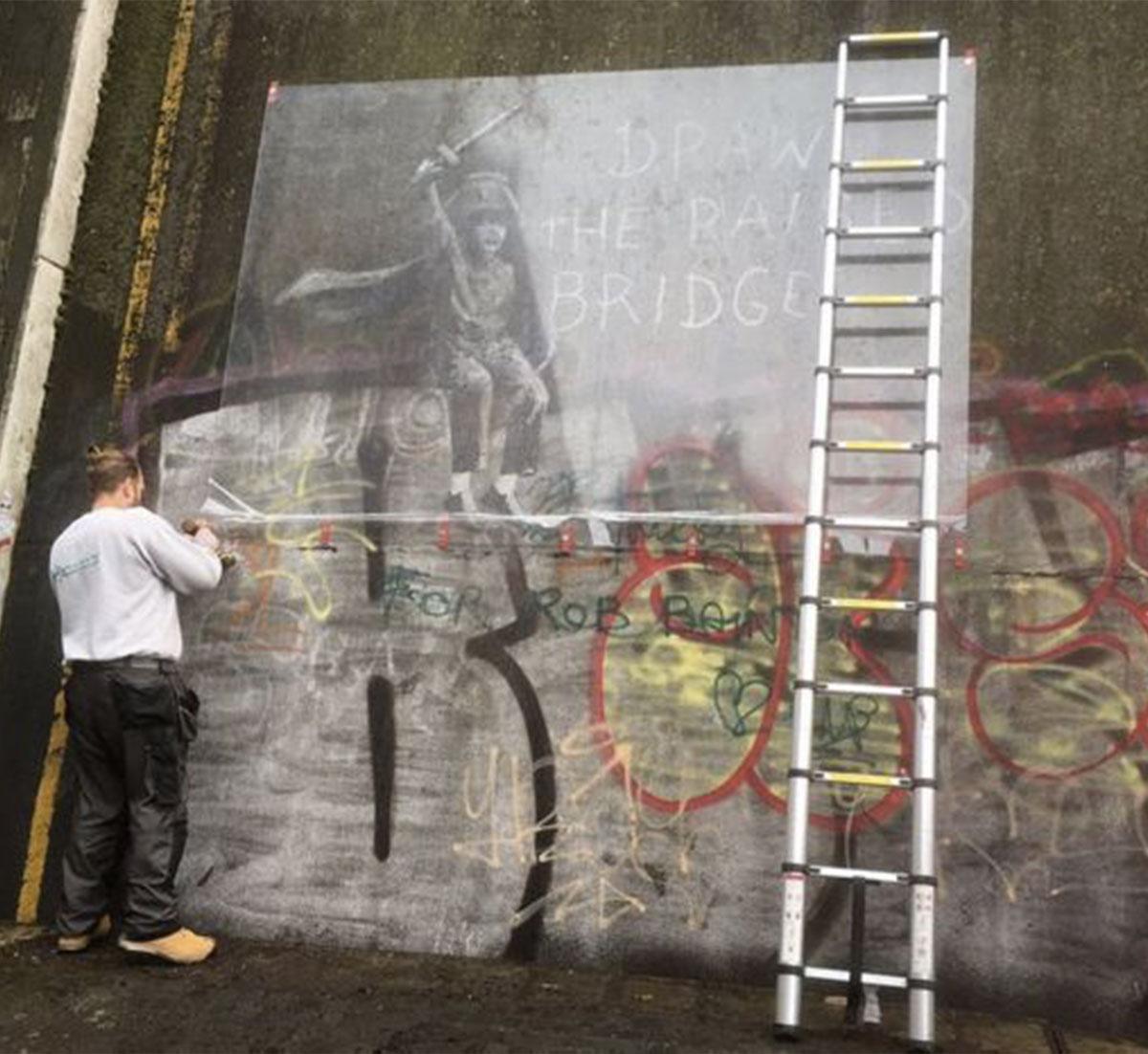Jason Fanthorpe banksy fresque pont sauvetage graffiti protection hull - Une œuvre de Banksy sauvée in-extremis par un laveur de vitre